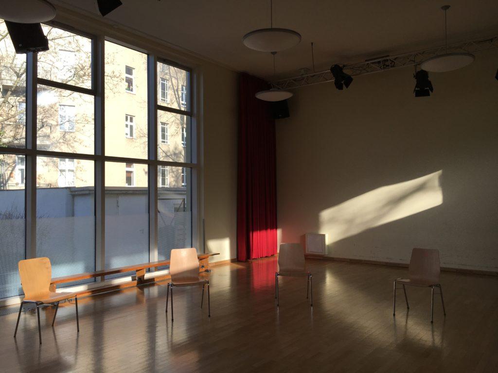 Foto: großer Raum mit vier Stühlen